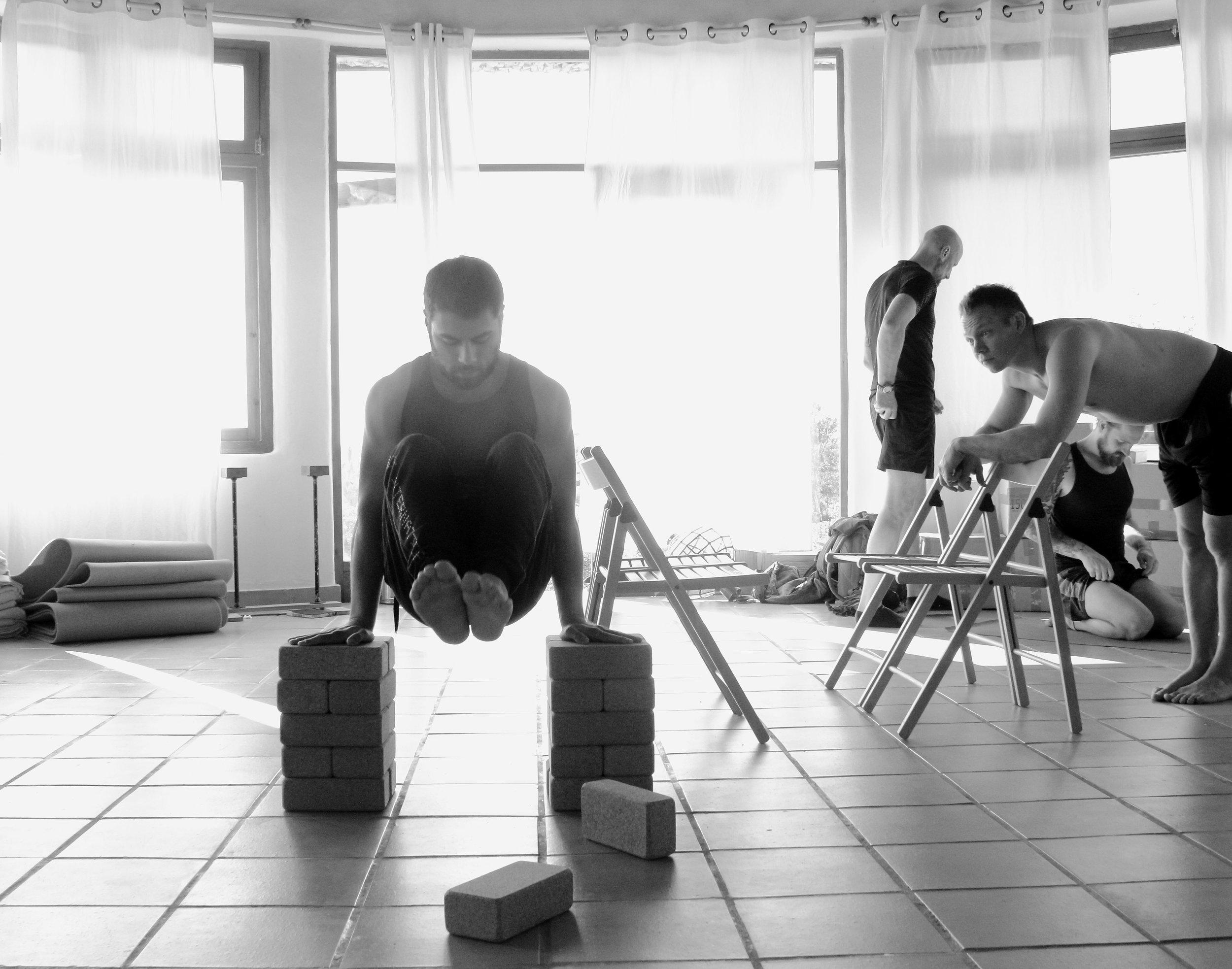 Inertia Retreat_Sunday Morning_Mikael Handbalancing_Seve_7.jpg