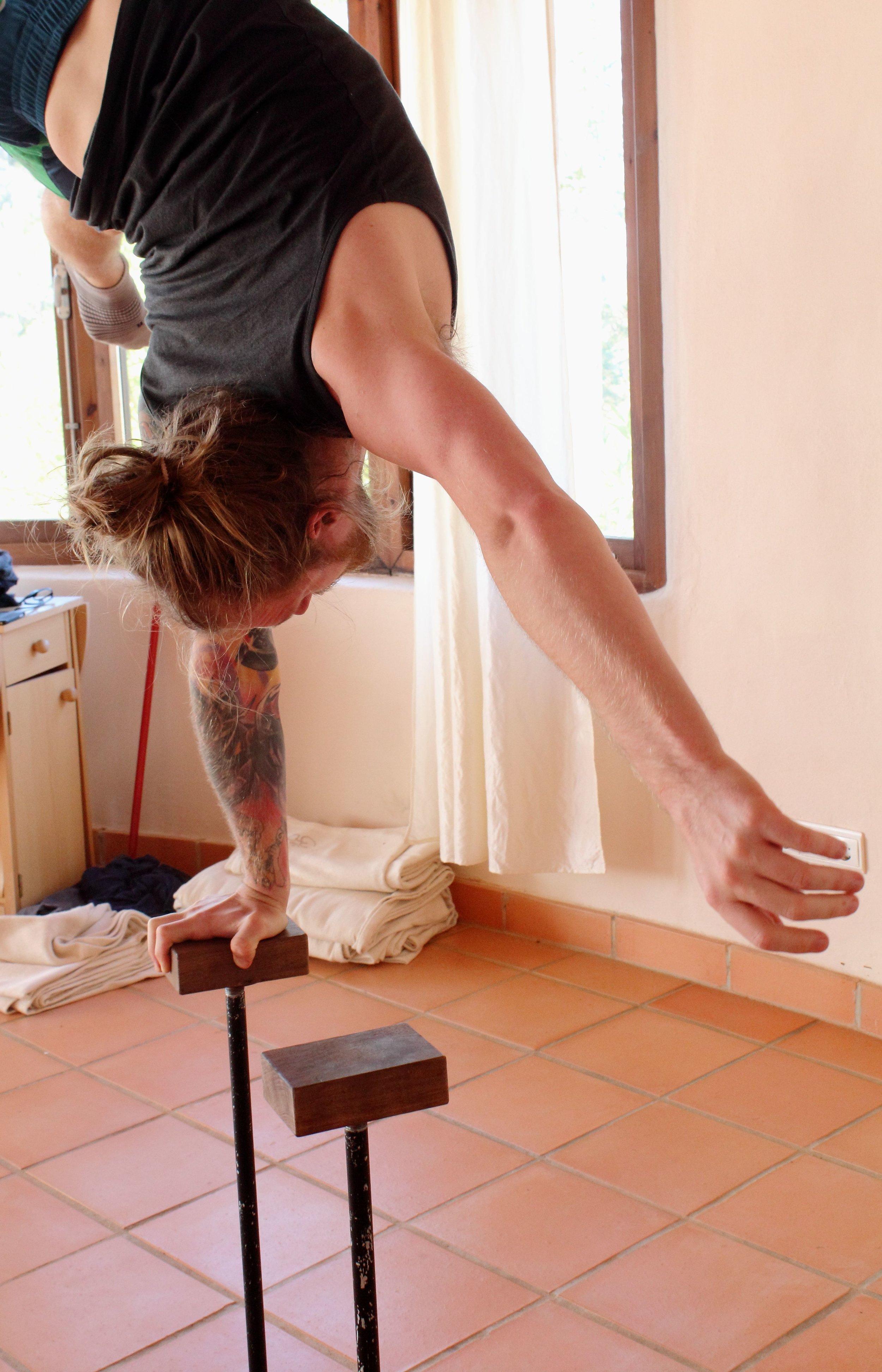 Inertia Retreat_Sunday Morning_Mikael Handbalancing_Seve_9.jpg