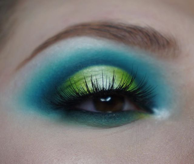 💙💚 Halo eye look using the @jeffreestarcosmetics thirsty palette, @jamescharles palette, and @jaclynhill vault collection!