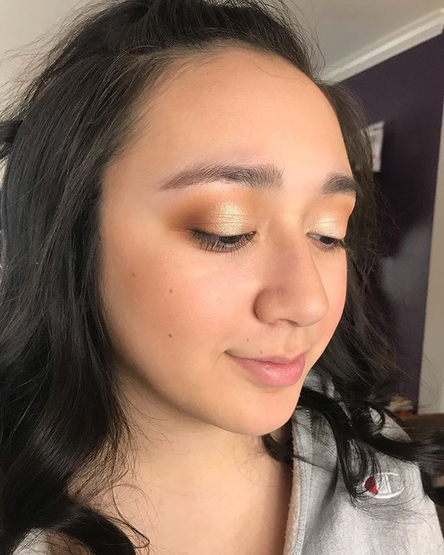 A light makeup application with the main focus being on the eyes and keeping the skin natural using very little product on her face✨🥰