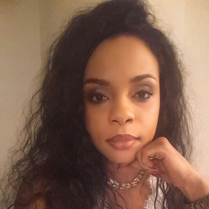 """Sabrina Mveng    Finance Telecom   Ancienne rotaractienne, Sabrina est une belle jeune dame altruiste, dynamique qui """"positive en toute circonstance, car être résigné c'est arrêter de vivre""""."""