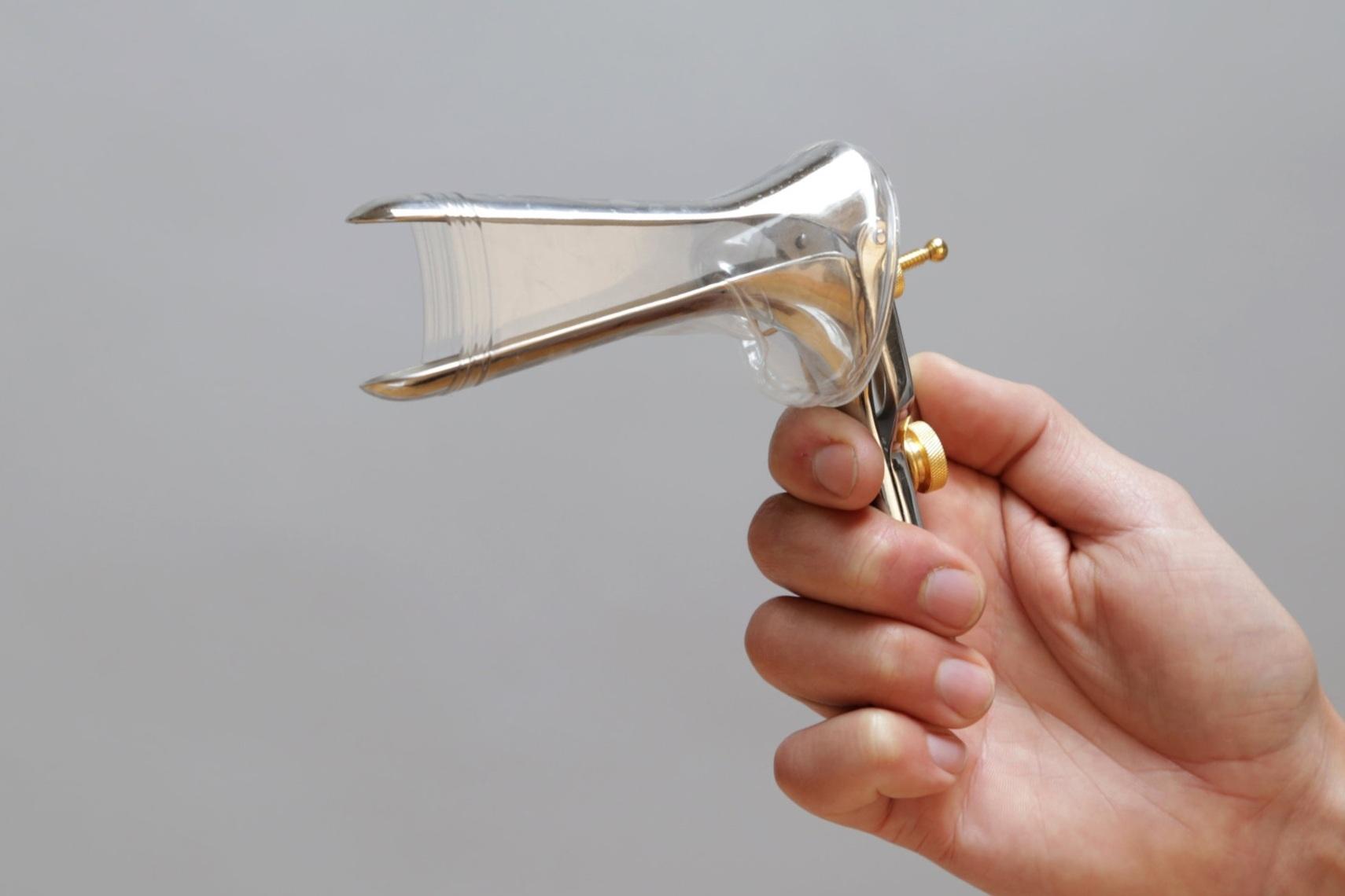 Allows a smaller, more comfortable speculum to retract more tissue.