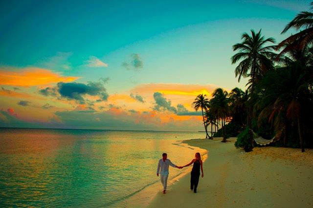 Beach couple pexels-photo-1024992.jpeg