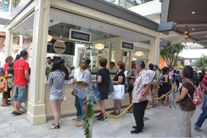 Customers wait in line at the former Magnolia Bakery kiosk in the Ewa wing of Ala Moana