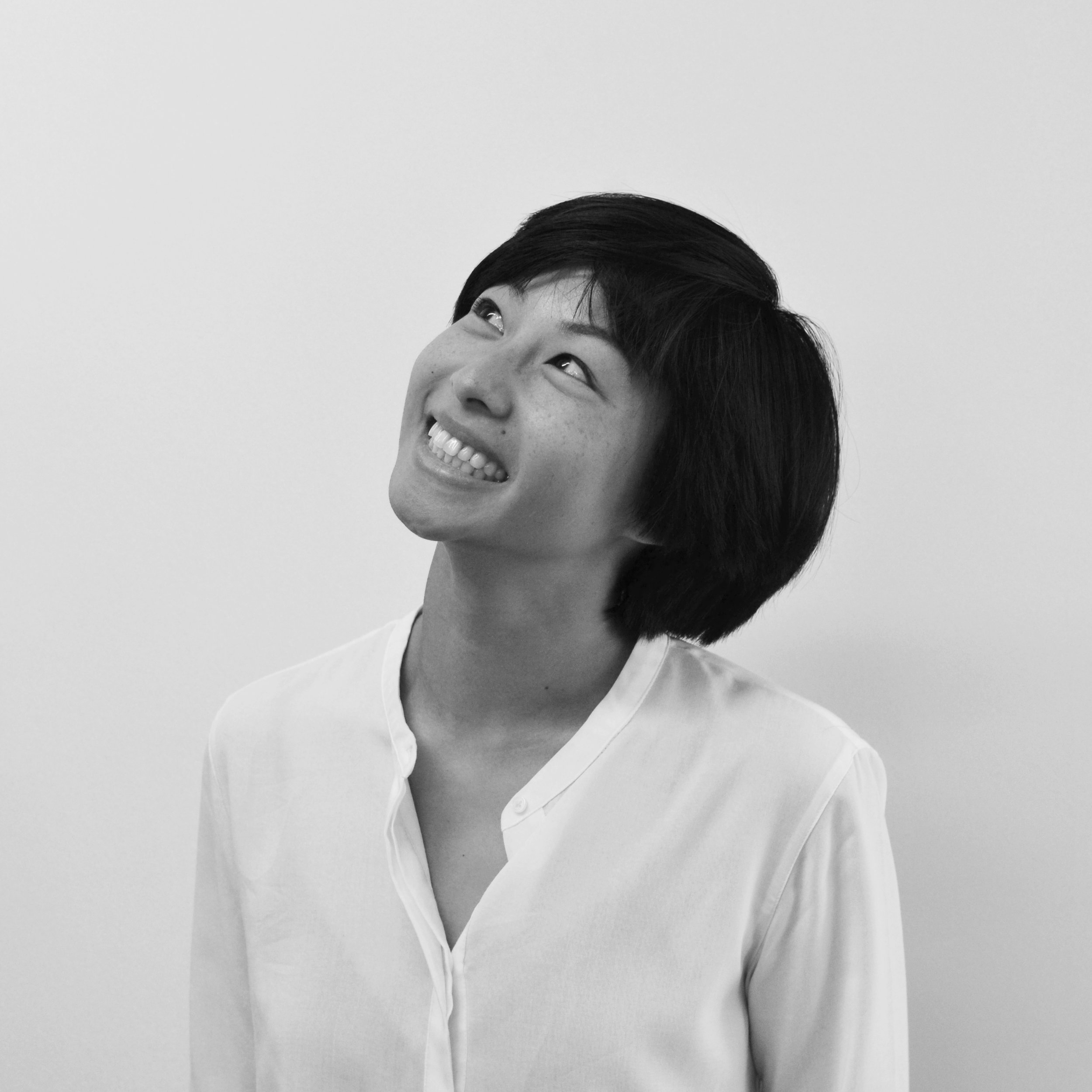 Jennifer Tu-Anh Phan  —Conceptrice en architecture  Ayant poursuivi une formation en architecture et en urbanisme, Jennifer travaille aujourd'hui comme designer à l'atelier L'Abri. À travers ses expériences de travail à Paris, Rome, New York et Toronto, elle a témoigné de pratiques architecturales radicalement différentes et souhaite aujourd'hui à réinvestir dans sa ville natale. Elle perçoit l'espace comme étant hors-singulaire et cherche à célébrer la diversité et l'ambiguité présentes dans nos milieux de vie. Son travail en tant qu'artiste-architecte est dédié à penser l'espace dans sa transversalité, à la fois disciplinaire et culturelle.