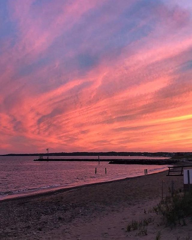 Red sky at night, sailor's delight. Red sky in morning, sailor's warning. Delight is the right word for this stunner 🙌🏻😍🌅#capecod #summerinthecape #falmouthma #falmouthyachtclub #lobsterreefwine #destinationluxetravel