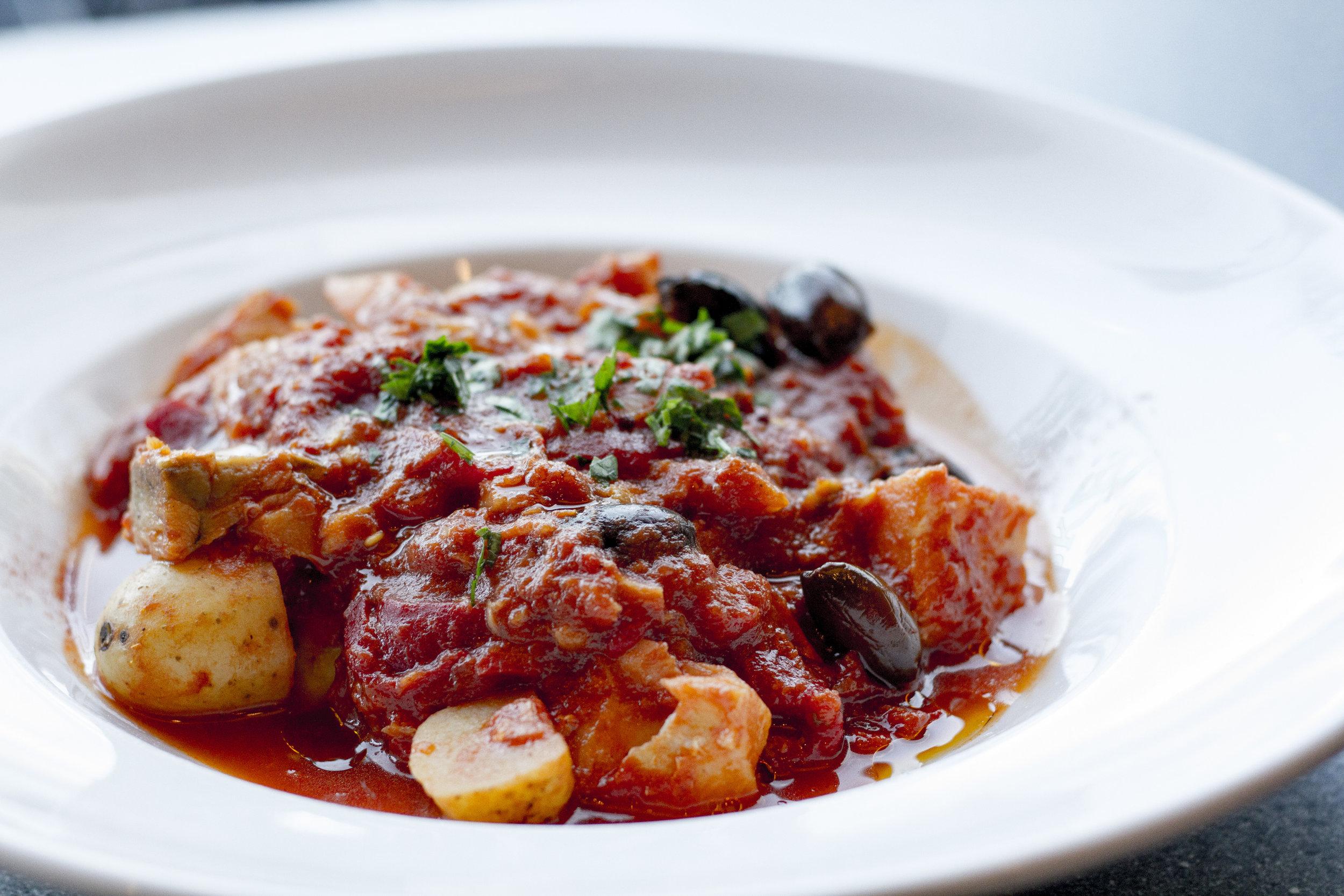 Bacalao - Vår lekre bacalao med røkt chipotle chili, oliven olje, ristede poteter og gulrøtter i en mumsig tomatsaus. Med brød og aioli.Minimum 8 personer. Må varmes opp.205 kr per/person