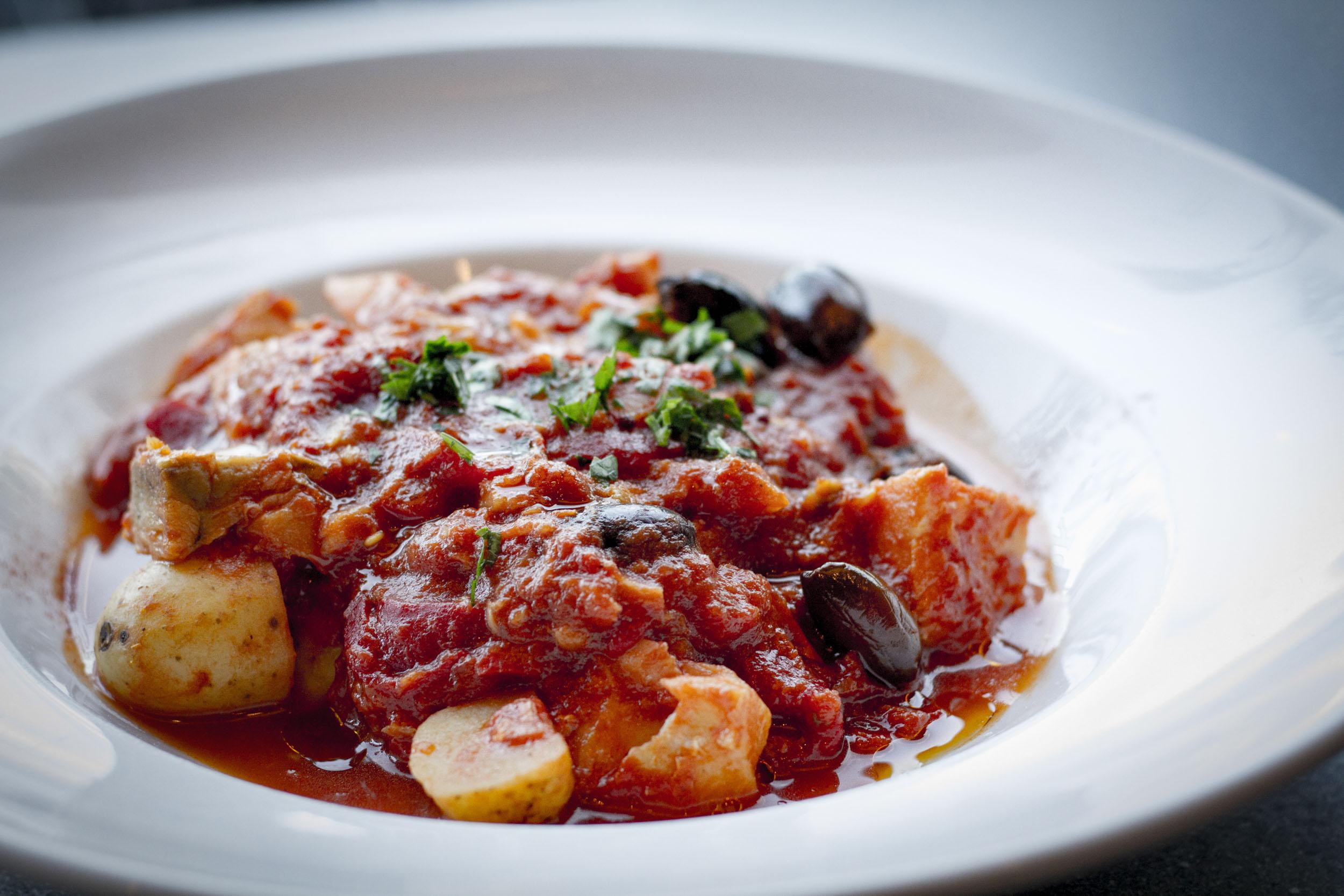 Bacalao - Vår lekre bacalao serveres med røkt chipotlechili, olivenolje, ristede poteter og gulrøtter i en mumsig tomatsaus. Med brød og aioli.Må varmes opp.189 kr/per person