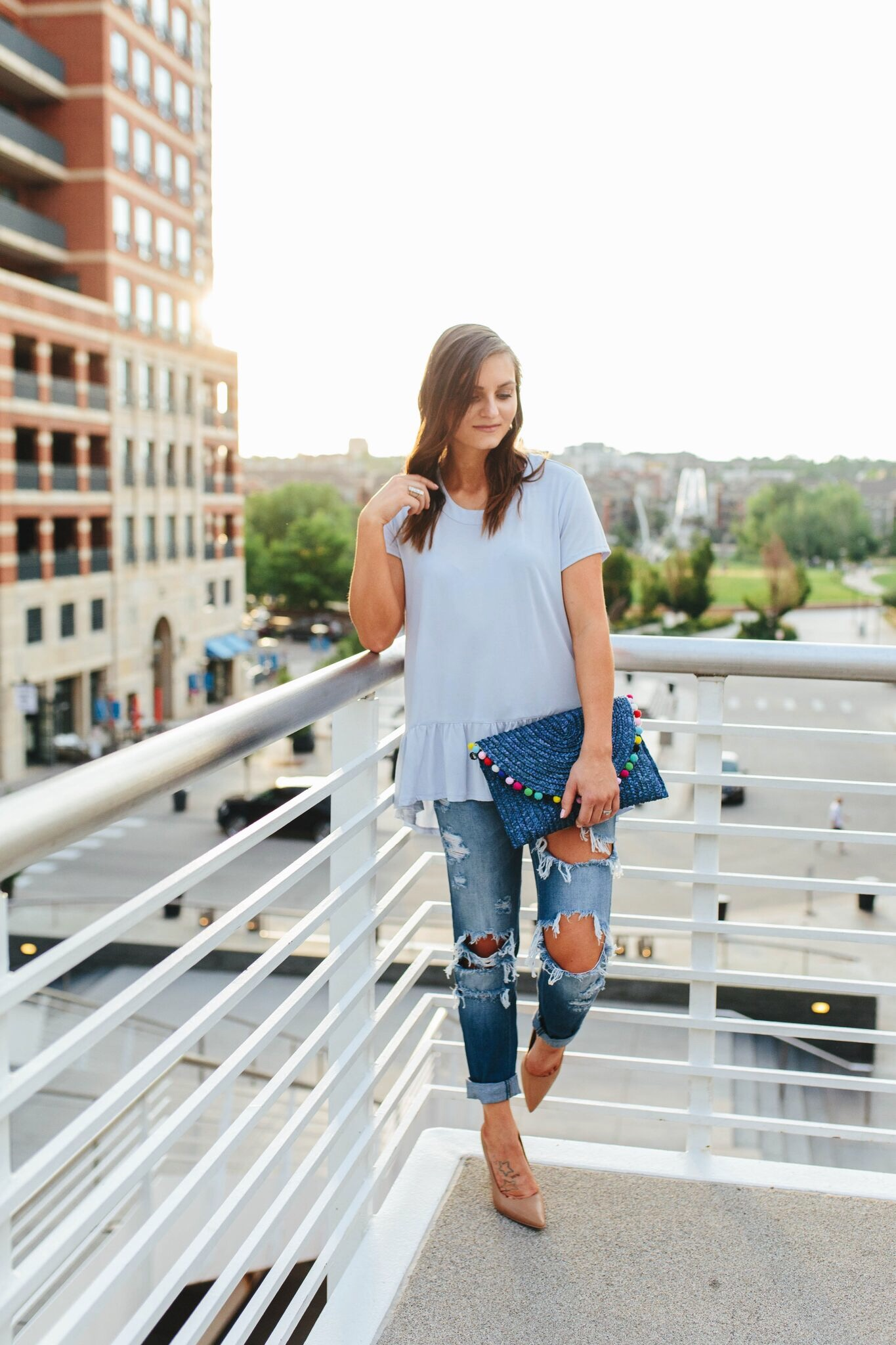 """<img src =""""how-to-wear-boyfriend-jeans.jpg"""" alt = """"fashion-bloger-teddybearsandlipstick-leans-against-the-rails-of-millenium-bridge-in-dowtown-denver-one-heeled-shoe-resting-on-the-rails-as-her-gaze-is-fixed-on-the-distant-view-destroyed-boyfirend-jeans-are-the-hghlight-of-her-outfit"""">"""