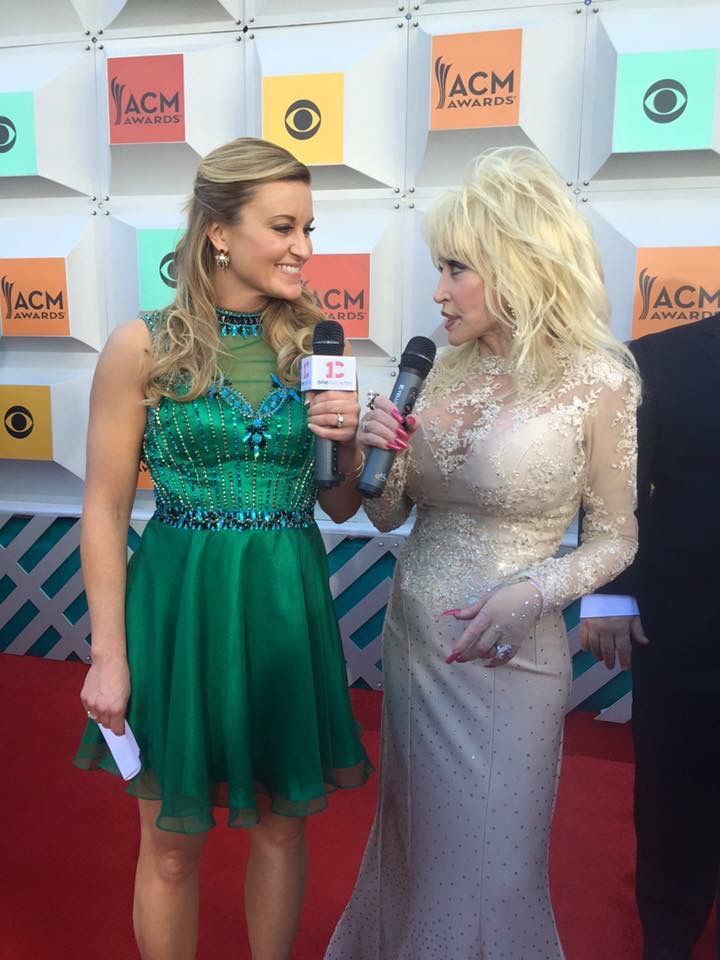 Kelly interviewing Dolly on the red carpet
