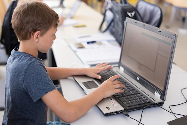 Ein junger Programmierer beim Treffpunkt CoderDojo. Foto: Rainer Stropek