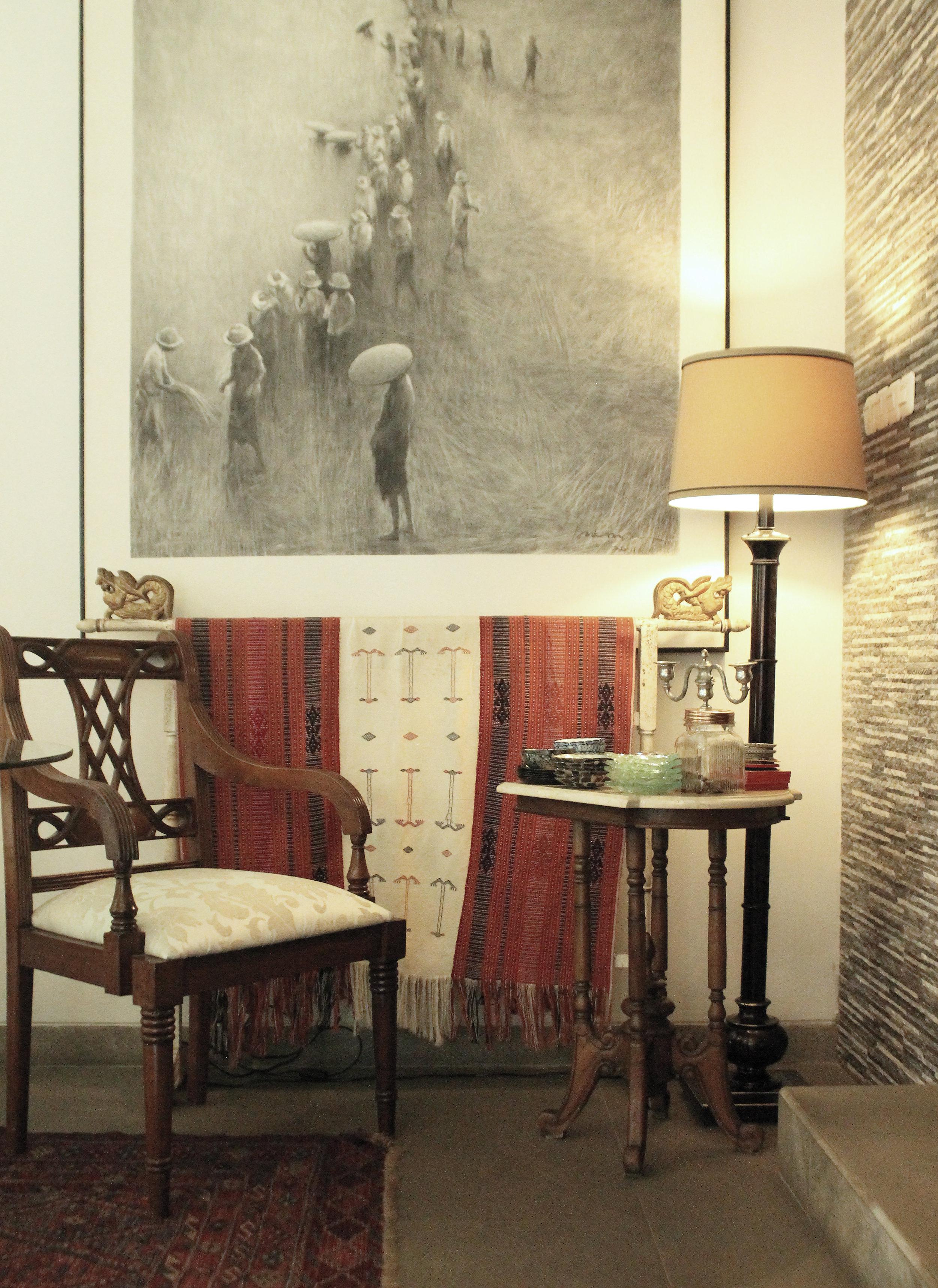 Padu padan pattern pada upholster armchair, dekorasi kain, tile dinding, dan karpet dengan color pallette yang konisten :ivory white, abu-abu, hitam dan aksen merah