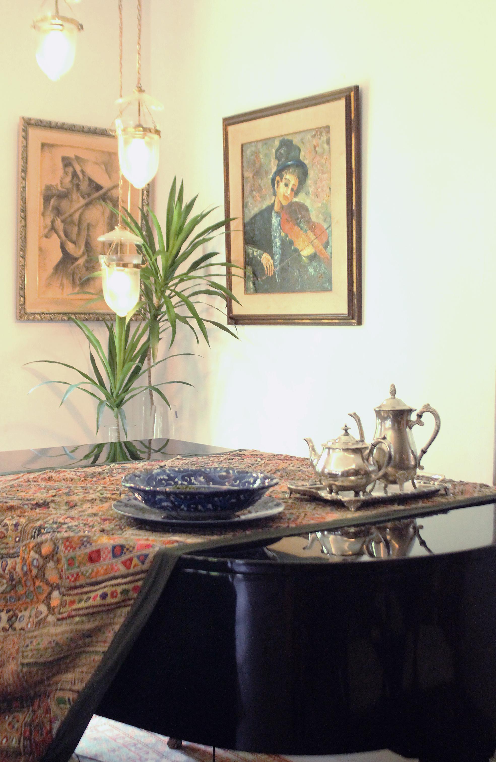 Pattern runner yang di match dengan artwork, small piece porcelain bowl, dengan latar glossy black surface dari grand piano