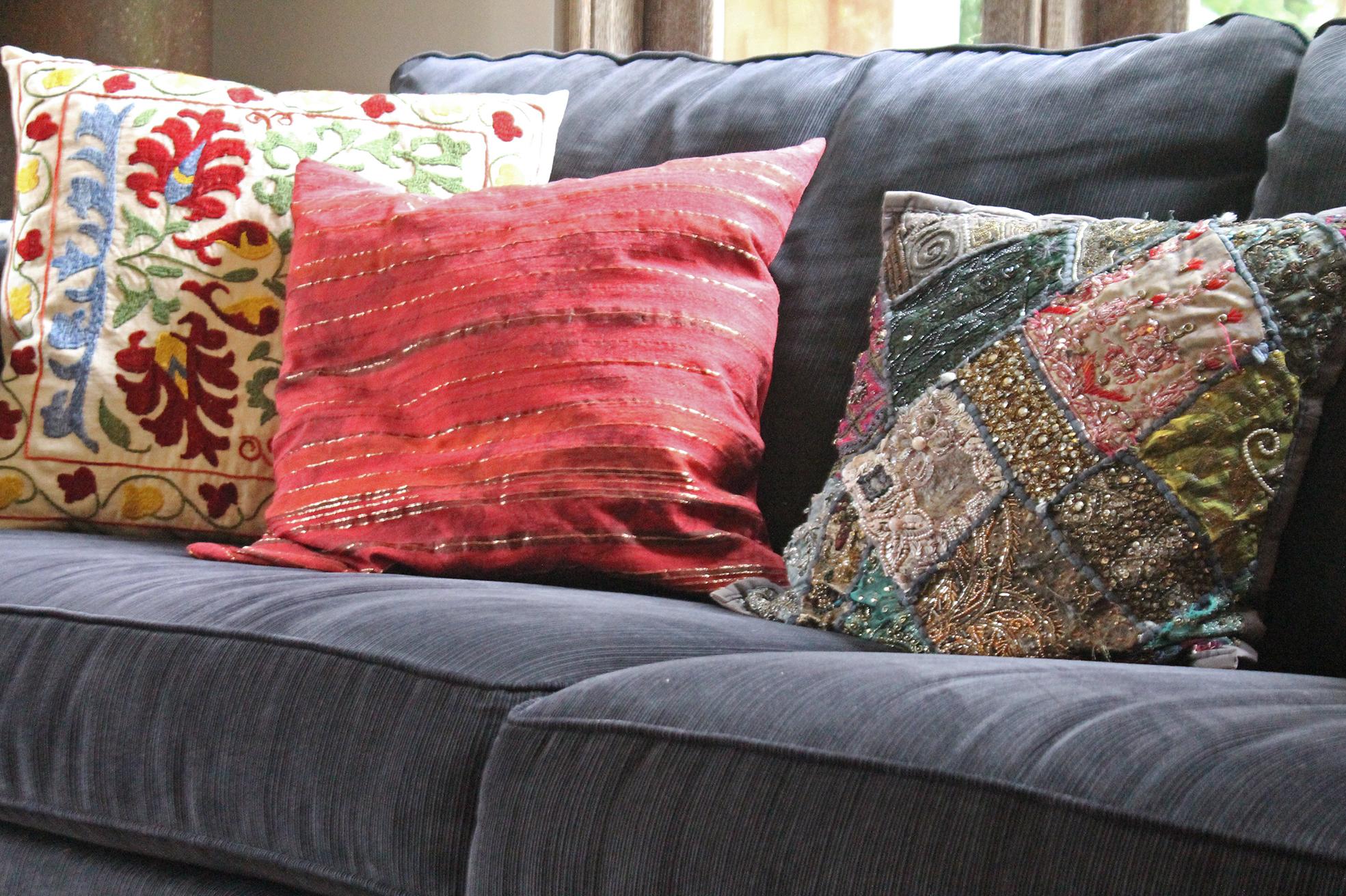 Padu padan cushion cover dari kiri ke kanan : pattern besar, pattern kecil (samar, sekilas tampak seperti warna solid), pattern medium yang penuh. Bermain dengan latar sofa dark blue polos.