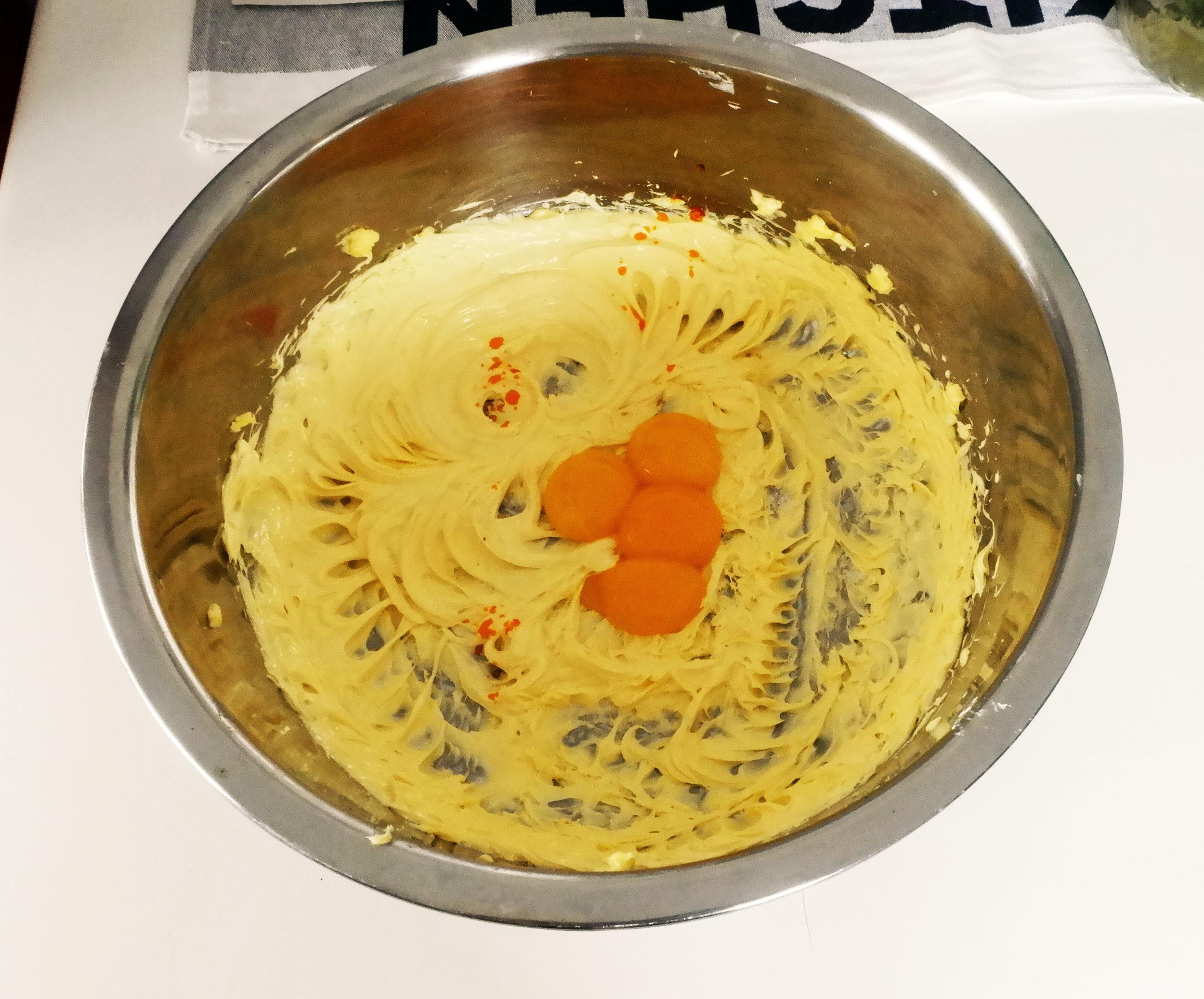 - Tambahkan 4 butir kuning telur ke dalam adonan yang telah halus.