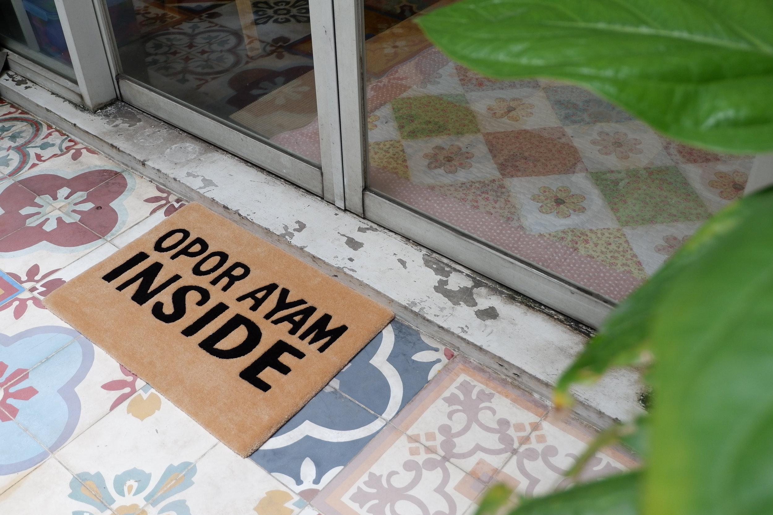 Mini rug RAYYA Collection juga bisa ditempatkan di area inner courtyard rumahmu, lho.