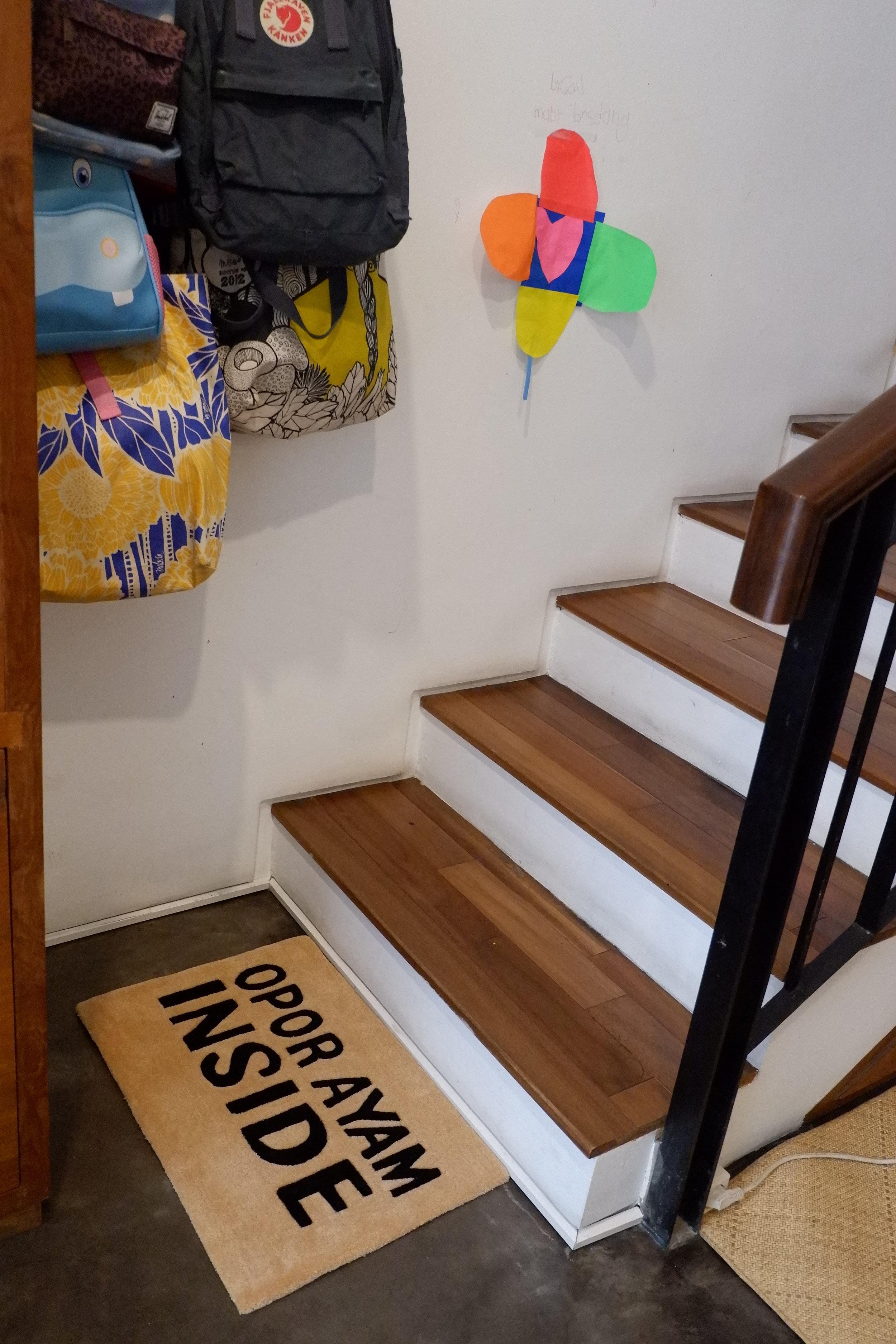 Penempatan mini rug RAYYA Collection di sekitar tangga rumah sangat eye catching, bukan?