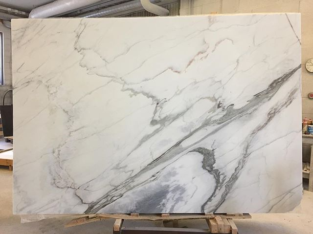 Toimitus saapui Portugalista | What a beauty. 💎  #aleksinkivi #estremozmarble #portugesemarble #estremoz #marbleslab #marblekitchen #marblebathroom #marmori