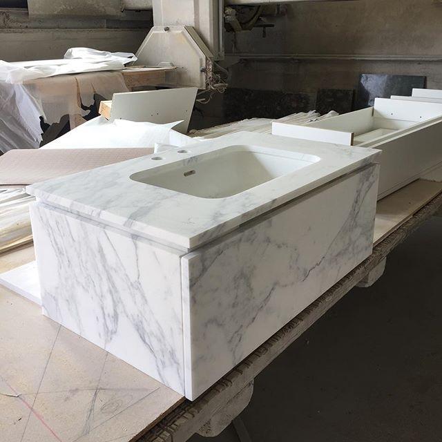 Tilauksesta: Calacatta-allaskaluste | Vanity made of Calacatta marble is ready! . #calacatta #calacattamarble #bathroomvanity #allaskaluste #aleksinkivi