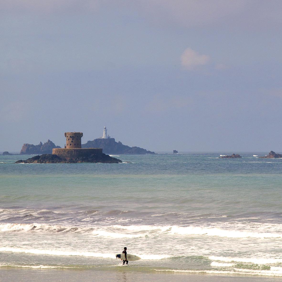 een strand van 5 km lang aan de westkust, ideaal voor surfers en wandelaars.
