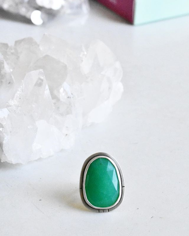 Chrysoprase 🌱 an apple green form of chalcedony, it's name comes from Greek 'gold green' and it's color from nickel. It would have been great if the color came from gold and not nickel but I don't think the Greeks had spectrometers and just enjoyed the color 🍏