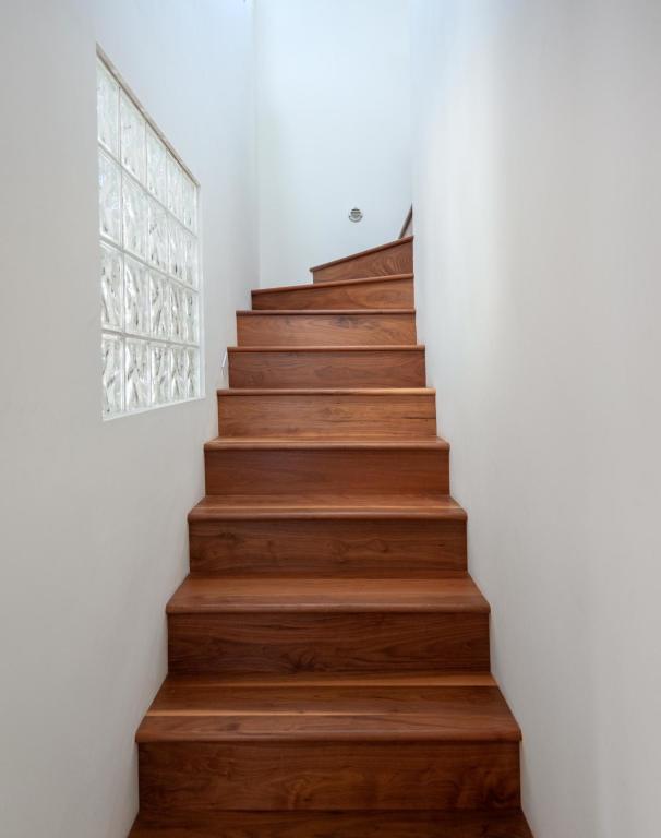 910_NorthNopalStreet_stairs.jpg