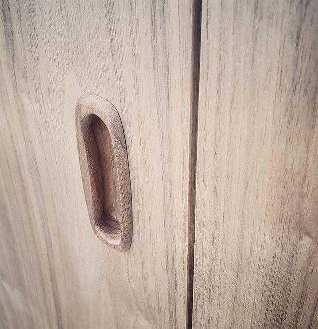 Integrated solid walnut handles? Yes please @elawrencedesign #walnut #wallpaneling #interiordesign #millwork #kitchendesign #customfurniture #dresser #livingroomdecor #designbuild #madetoorder #bespokedesign #interiorarchitecture #bedroomdecor #upbeatcustomdesigns #woodworking #woodwork #nycdesigner #furnituredesign #designer #brooklyn #madeinbrooklyn #luxuryliving #nycfashion #nycdesign #interiordesigner #manhattan #nycdesign #madeinny #madeinnyc #customcabinets
