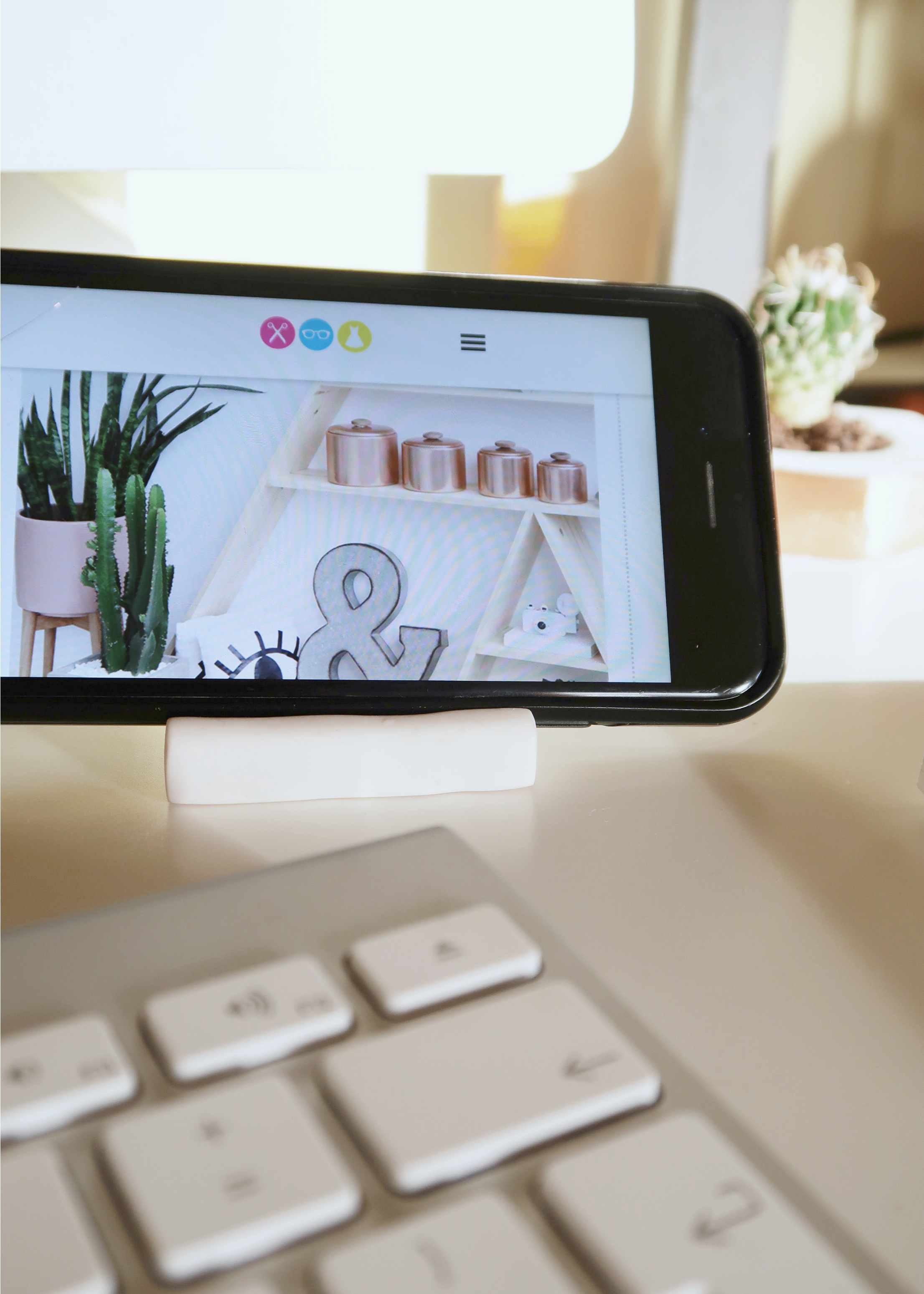 DIY Minimal Clay Phone Stand by Isoscella