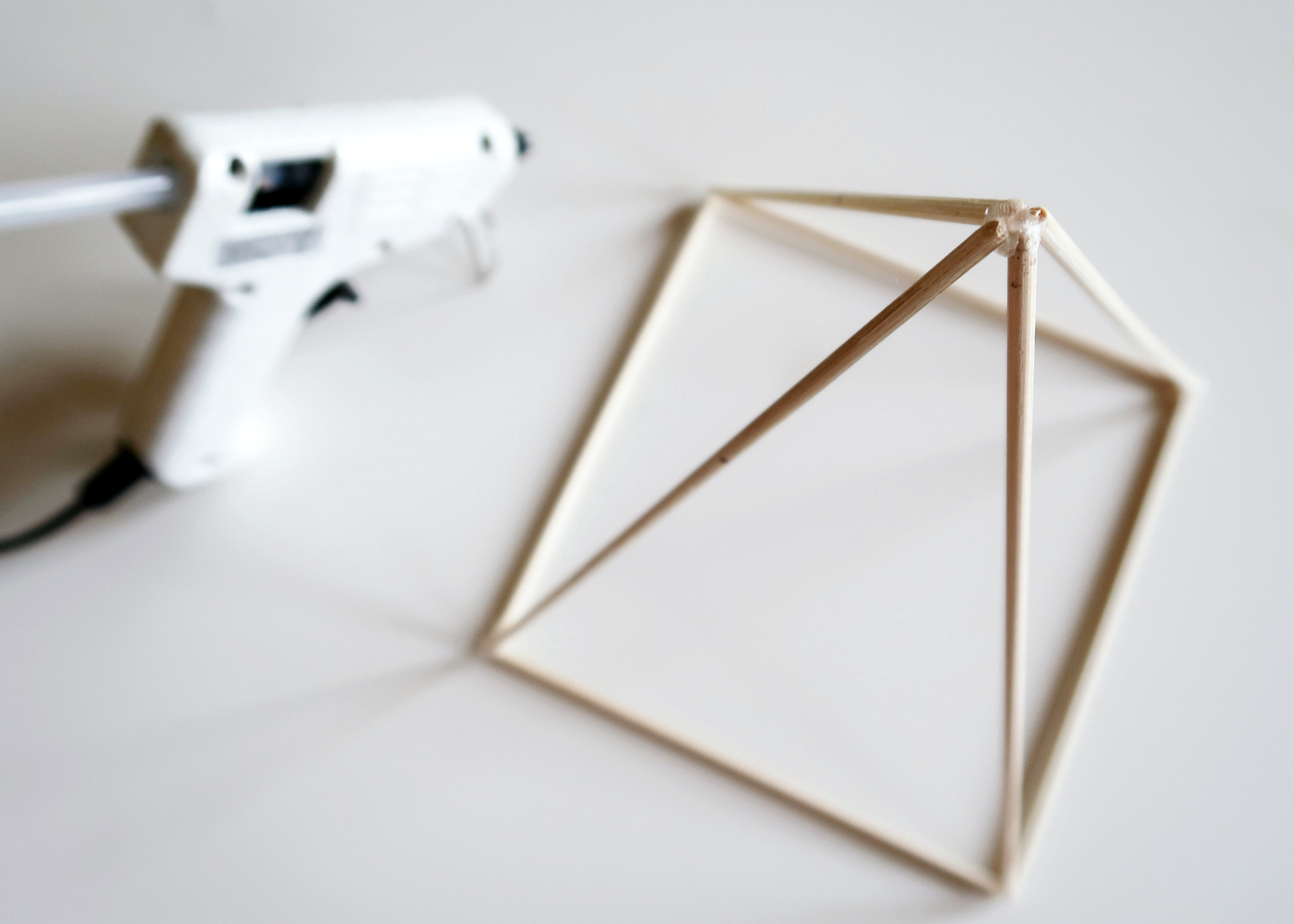3. - Take the other two lengths of 20cm and as before, glue these on top of the square on the other two corners. Glue them together with the other two lengths to form a pyramid shape.
