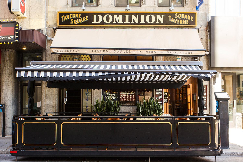 Création d'une terrasse s'intégrant à l'ensemble du projet pour recréer, esthétiquement l'atmosphère d'origine des années 20 du pub Dominion Square Tavern.