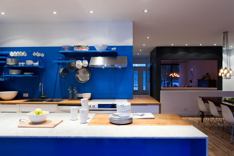 Rénovation complète de la cuisine avec panneaux métallique bleu sur mesure ainsi que de la salle de bain finie mosaïque noire vitré sur la salle à manger