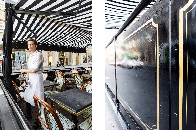 Vue sur l'auvent en toile blanche et noire et sur les tables en marbre noir avec chaises de bistro à la parisienne. Moulures Art déco dorées peintes à la main.