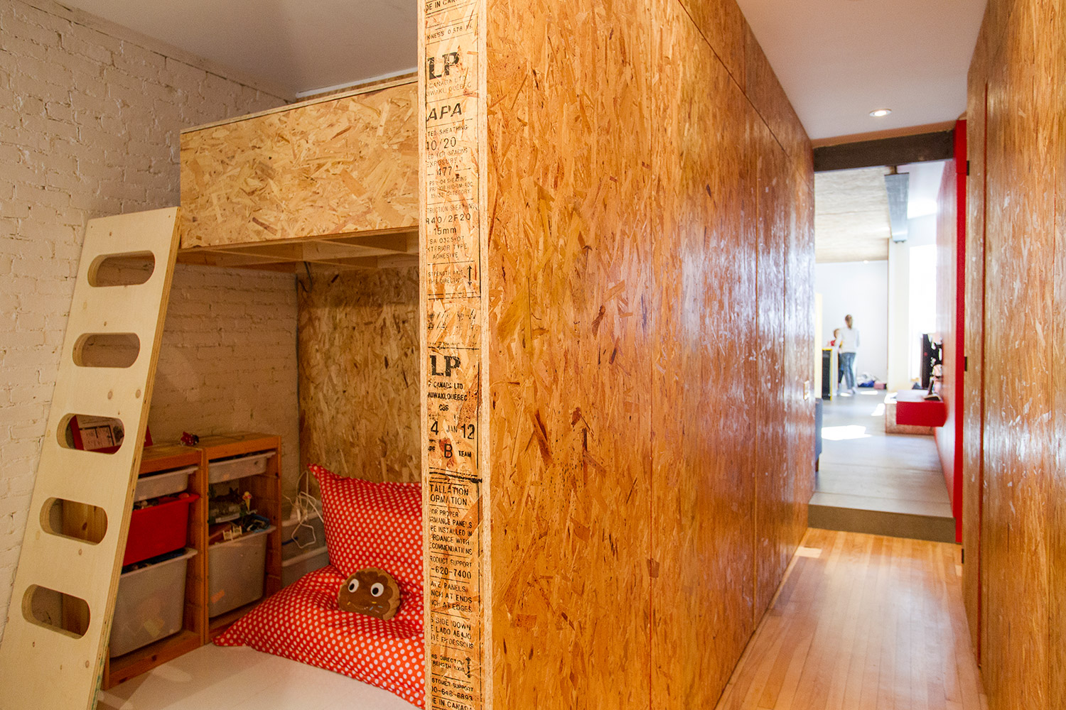 Renovation of an apartment on the plateau. Children's room with loft bed. Partitions and division made of chipboard (OSB). White painted brick wall