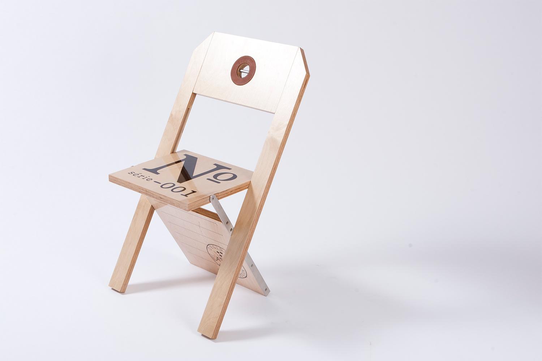 Chaise pliante entièrement faite de merisier russe et d'acier inoxydable, elle ne fait qu'un pouce, une fois repliée. Personnalisable selon l'événement