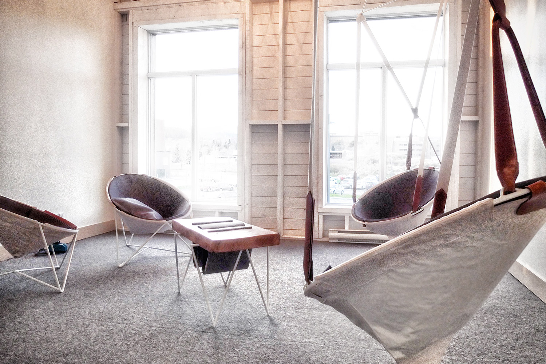 Vue d'ensemble du mobilier du boudoir de l'hotel La Ferme, réalisé sur mesure