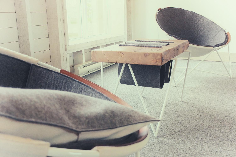 Vue de deux chaises et d'une table basse dans le boudoir de l'hotel La Ferme