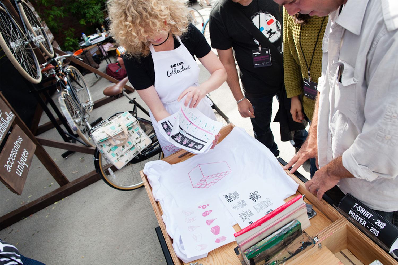Sérigraphie personnalisée sur t-shirt lors d'un événement extérieur. Vue du stand événementiel