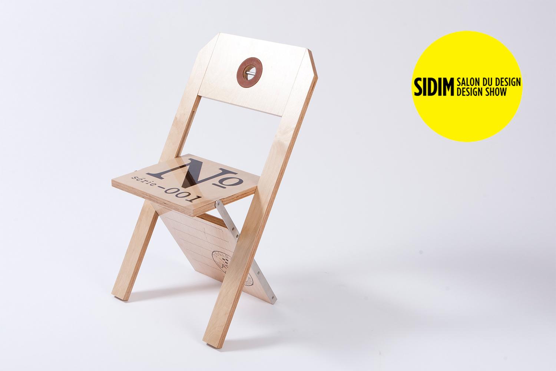 Chaise pliante personnalisable selon l'événement. Entièrement faite de merisier russe et d'acier inoxydable, elle ne fait qu'un pouce, une fois repliée.