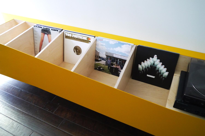 Conception d'une bibliothèque d'appoint et d'un meuble audio réalisé avec l'aide de l'Atelier La Boutique pour un condo moderne.