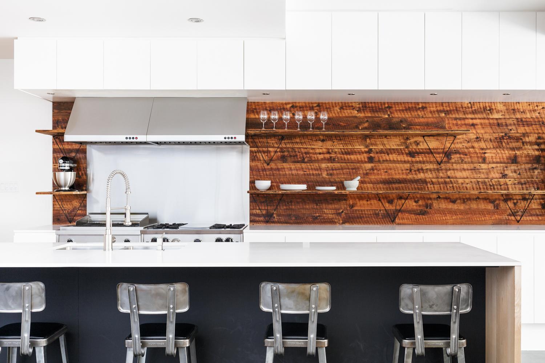 Dosseret de cuisine sur carré de bois apparent. Étagère en bois avec équerres conçues par Simon Johns