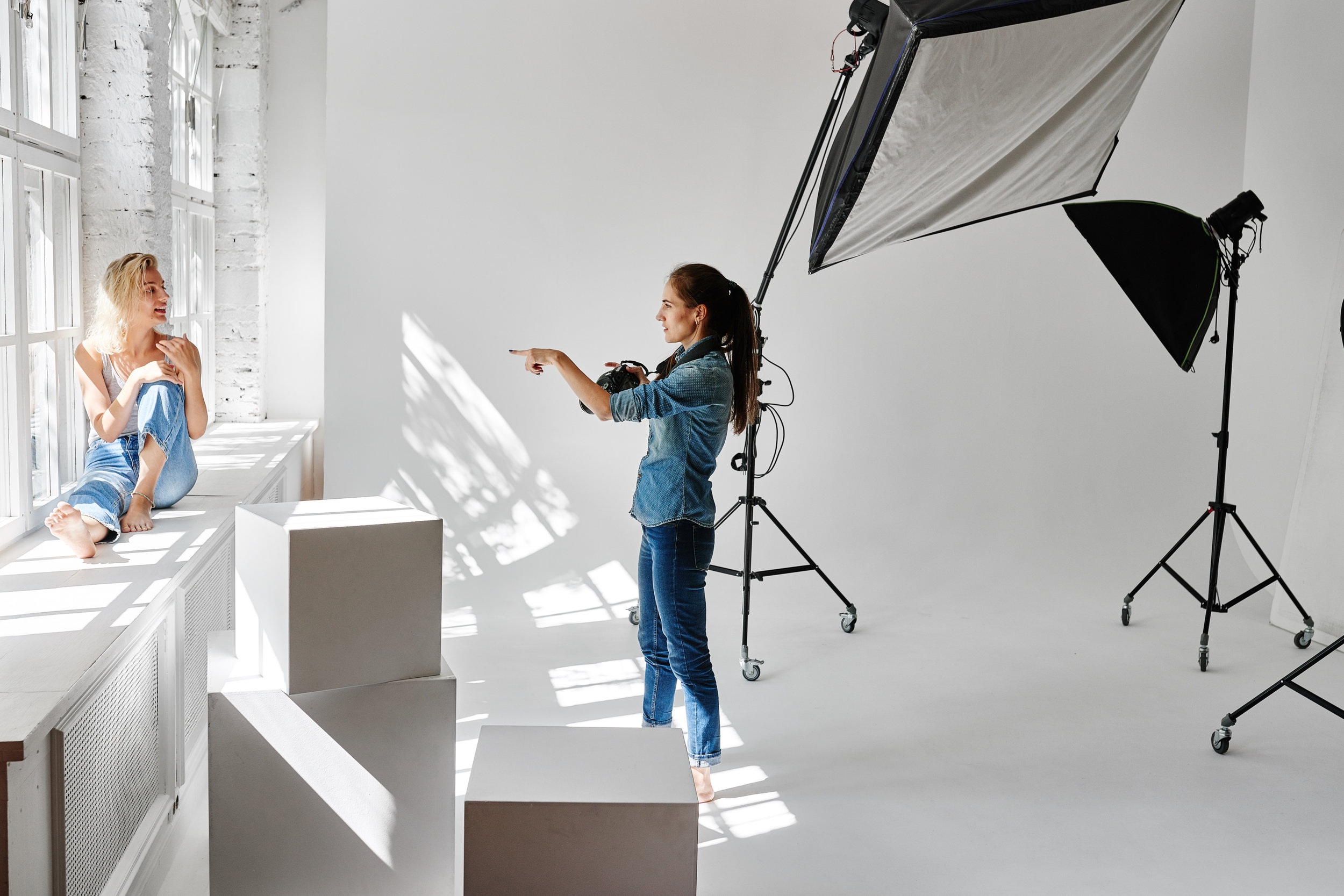 Copy of Girl fashion photographer works in the Studio