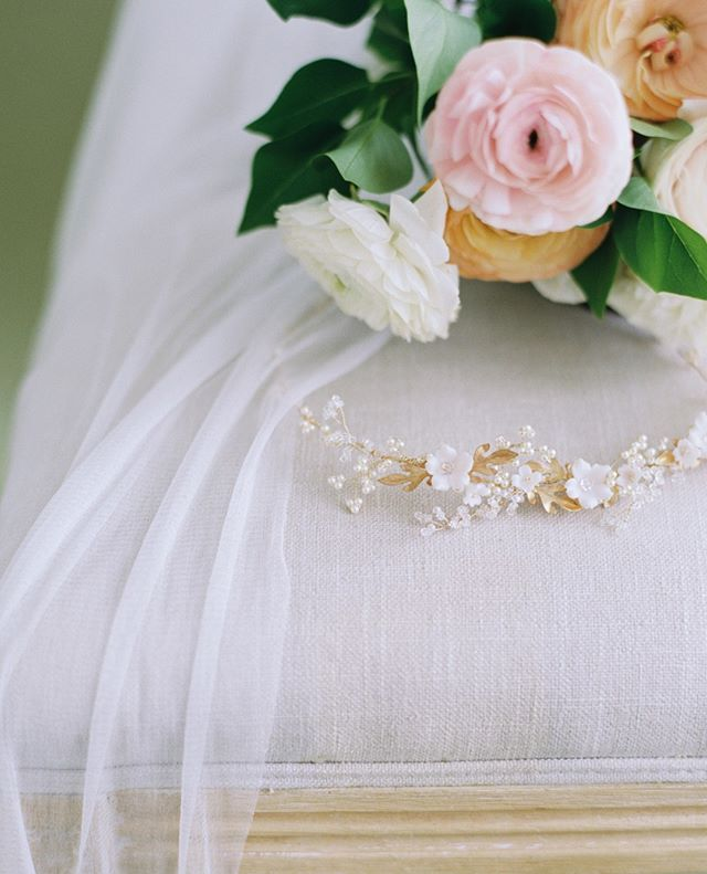 It's all in the details 🌿 |⠀⠀⠀⠀⠀⠀⠀⠀⠀ .⠀⠀⠀⠀⠀⠀⠀⠀⠀ Photography, Concept, Styling + Studio @betsyblue⠀⠀⠀⠀⠀⠀⠀⠀⠀ Hair Adornments, Veils, Jewelry + Bridal Accessories @_allaboutromance_⠀⠀⠀⠀⠀⠀⠀⠀⠀ Florals @thebloomandco⠀⠀⠀⠀⠀⠀⠀⠀⠀ .⠀⠀⠀⠀⠀⠀⠀⠀⠀ #bridal #floraldesign #weddingstyle #spring #bride #bridalgown #bridalaccessories #lovely #eventplanner #weddingplanner #blooms #weddingdetails #flowerstagram #flowersofinstagram #flowersoftheday #bouquet #fineartwedding #blooms #bridal #bridalbouquet #brides #wedding #weddingflowers #weddinginspiration #weddinginspo #oregonwedding #californiawedding #weddingplanner #weddingplanning #prettylittlething