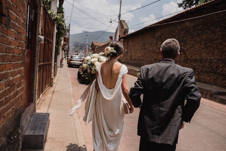 papa y novia caminan a la iglesia