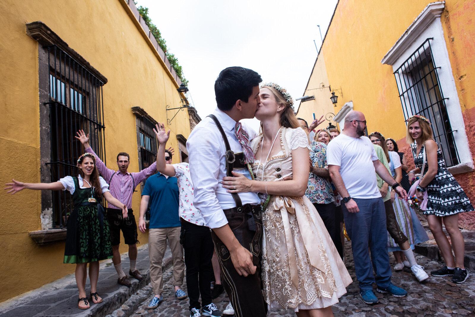 callejoneada_san_miguel_de_allende_wedding_photography_ (6).jpg