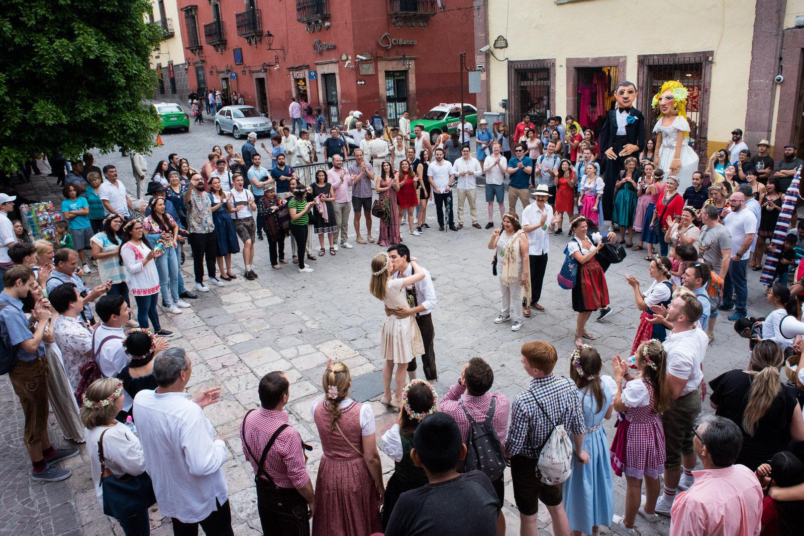 callejoneada_san_miguel_de_allende_wedding_photography_ (15).jpg