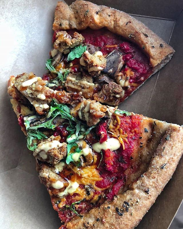 🔥🔥🔥 @bamsvegan DALLAS, TX MANN😳- Just look at this #veganpizza ARTISANAL SORCERY right here!!! Rustic spelt crust, arugula, homemade mozzarella, sun dried tomatoes & @atlas.monroe crispy popcorn chick'n!! N he doesn't even make pizzas!!😭🤤 • #heshouldstart #hotdamn #atlasmonroe #bamsvegan