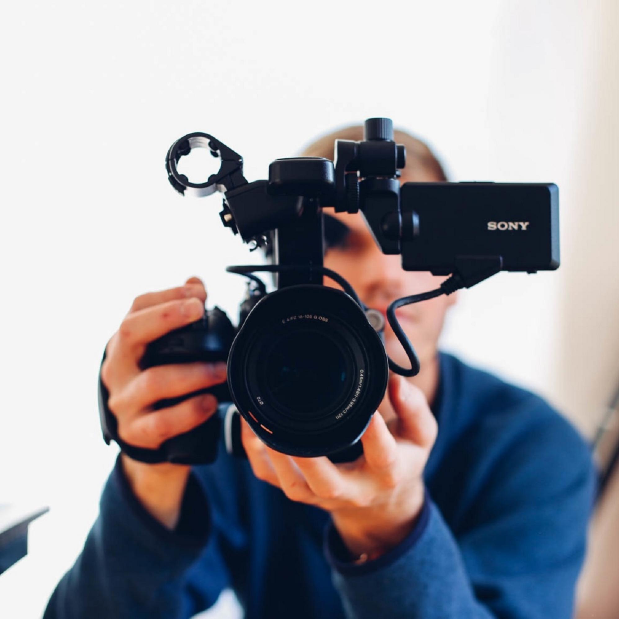 Optag firmaets næste reklamefilm og konkurrer mod de andre hold, om at indspille den bedste film. Vi sørger for et et fedt setup, hvor opgaver som manuskript, rollefordeling og redigerings færdigheder, skal indgå i løsningen på opgaven. Vi medbringer alt udstyr til denne aktivitet. -
