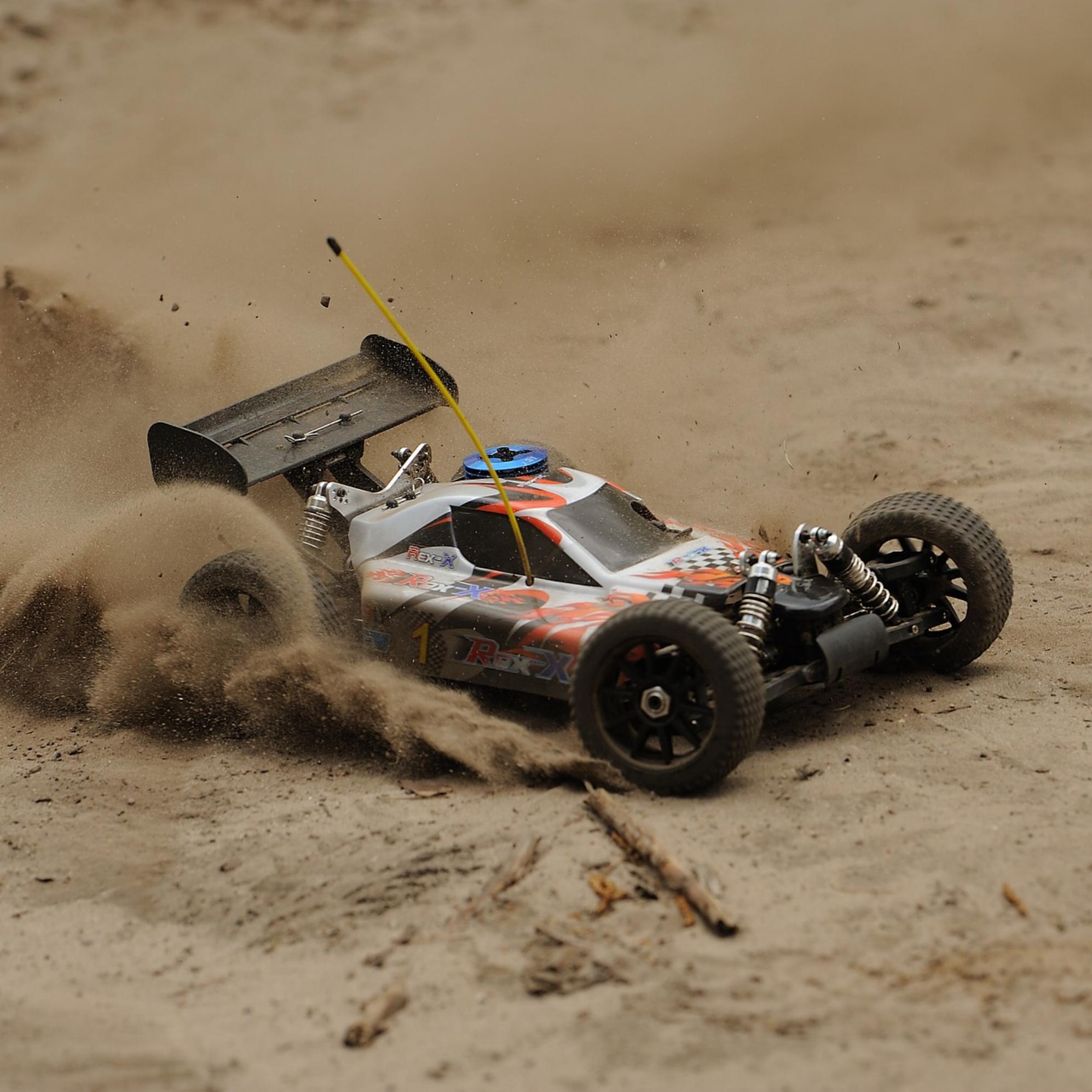 Fjernstyret Racerbil er voldsomt populært, da bilerne der køres med ikke er små legetøjs biler, men kraftige maskiner som bare buldre derud af. Vi indstiller bilerne efter niveau, så alle kan være med og får en sjov og anderledes oplevelse med hjem. -