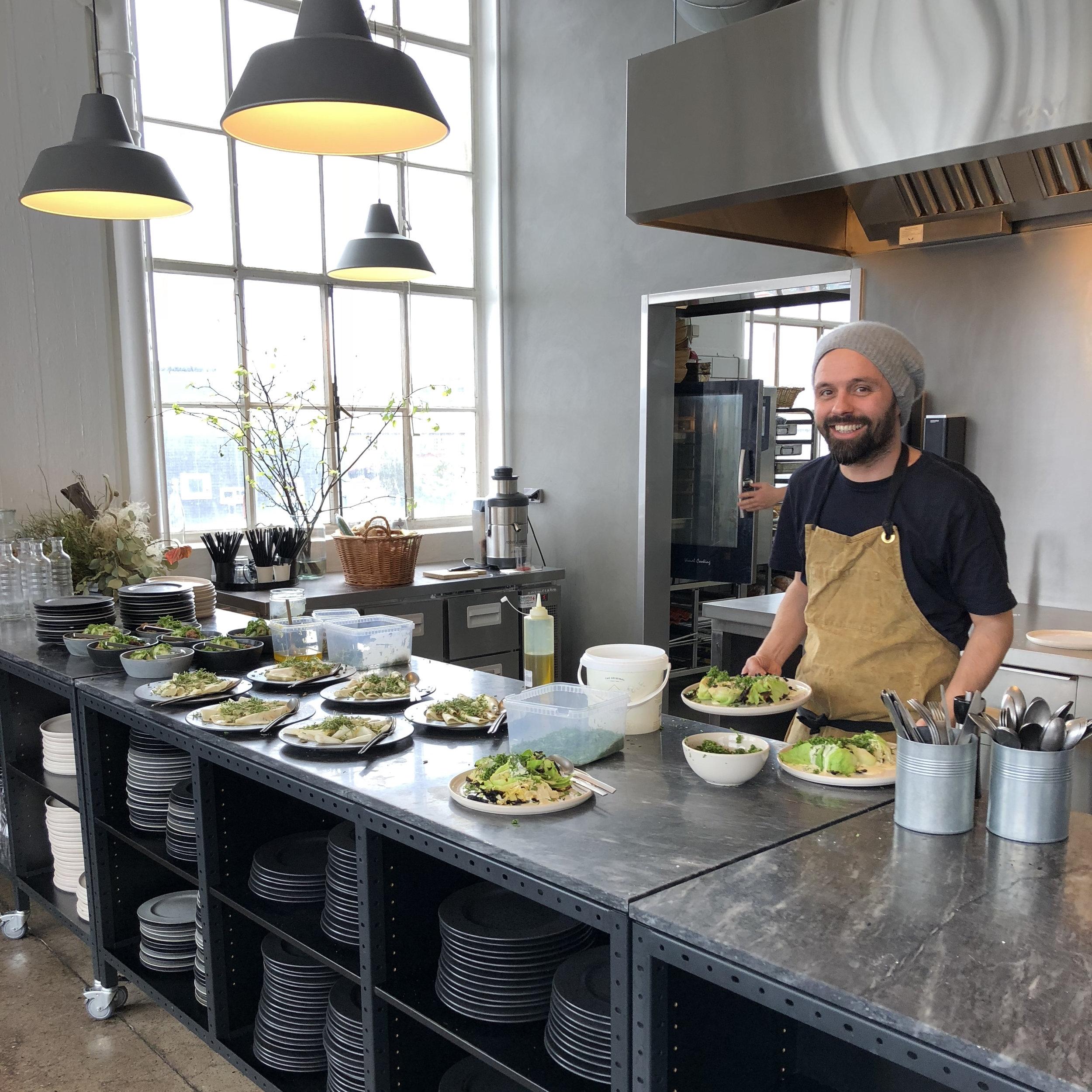 Prøv vores yderst populære og velsmagende kokkeskole, og få gode råd og tips af professionelle kokke. Vi sørger for en sjov og velsmagende teambuilding oplevelse med mad, hvor I sammen skal tilberede, anrette og spise en lækker 3 retters menu. Dyst mod hinanden eller samarbejder som gruppe, i jeres egen kogeskole. -