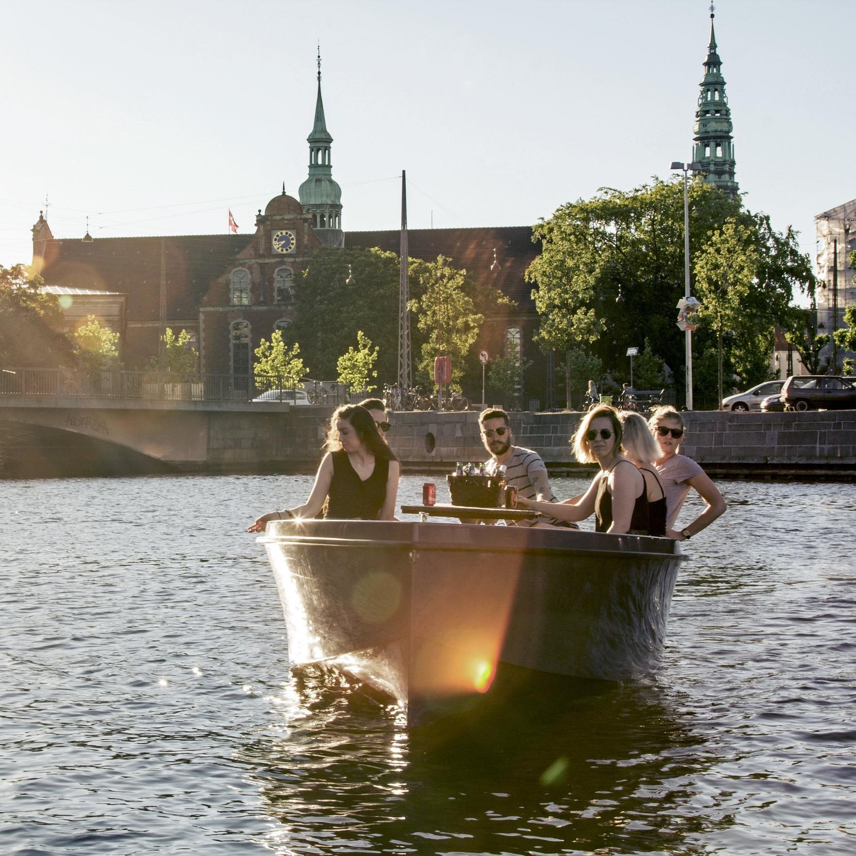 Hvor meget ved I egentlig om København og hovedstadens smukke kanaler? Vi har samlet alt det bedste i et smukt og veltilrettelagt GPS-løb på vandet. Inddelt i hold og udstyret med jeres egen private båd, har I til opgave at samarbejde om at løse de forskellige og sjove udfordringer i møder, når I navigere rundt i de smukke gamle kanaler. Sjov og hyggelig teambuilding konkurrence på vandet. -
